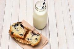 Mollete y leche Imágenes de archivo libres de regalías