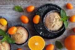 Molletes anaranjados hechos en casa deliciosos, magdalenas Imagen de archivo