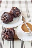 Molletes/bollos hechos en casa del chocolate con la taza de café. Dentro stil Fotografía de archivo