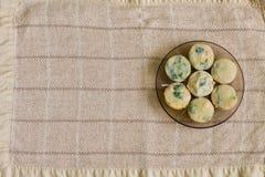 Molletes con los salmones, la espinaca y el queso Imagen de archivo
