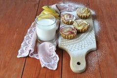 Molletes con un vidrio de leche Fotos de archivo libres de regalías