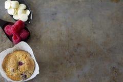 Molletes de la frambuesa desde arriba con las frambuesas y el chocolate Imagen de archivo