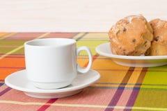 Molletes de la taza de café en la tabla Fotos de archivo libres de regalías
