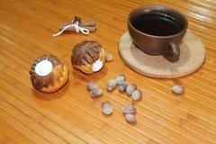 Molletes de la vainilla y del chocolate con una taza de café, de nueces, y de canela Imagen de archivo libre de regalías