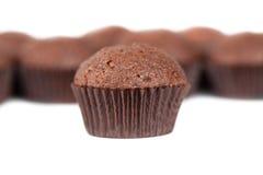 Molletes de las magdalenas del chocolate en blanco Fotografía de archivo