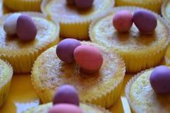 Molletes de Pascua adornados con los huevos de chocolate fotografía de archivo libre de regalías
