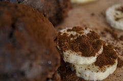 Molletes del chocolate con el plátano y el cacao foto de archivo