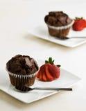 Molletes del chocolate con las fresas Imágenes de archivo libres de regalías