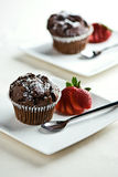 Molletes del chocolate con las fresas Fotos de archivo