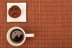 Molletes del chocolate con una taza de café Imagen de archivo libre de regalías