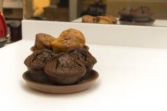 Molletes del chocolate en un fondo de la cocina blanca como la nieve Foto de archivo