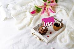 Molletes del chocolate o capkakes y café sólo Imágenes de archivo libres de regalías