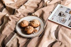 Molletes frescos deliciosos de la nuez en una placa en cama fotos de archivo libres de regalías
