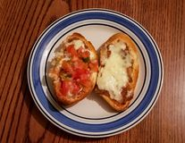 Molletes gjorde av skivat bolillobröd med grillade ost och bönor royaltyfri bild