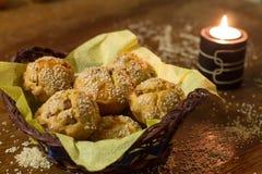 Molletes salados con la salchicha, el queso y el sésamo en la cesta de madera Fotografía de archivo libre de regalías