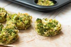 Molletes sanos para el almuerzo - bróculi con el huevo Foto de archivo libre de regalías