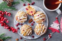 Molletes, tortas con el arándano y nueces de pacana Decoración de la Navidad Visión superior fotografía de archivo libre de regalías