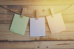 Molletta da bucato che appende con la carta in bianco Immagine Stock