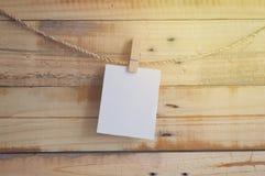 Molletta da bucato che appende con la carta in bianco Immagine Stock Libera da Diritti