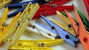 Mollette da bucato colorate sparse stock footage
