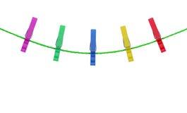 Mollette da bucato colorate sulla corda isolata su fondo bianco Fotografia Stock Libera da Diritti