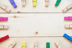 Mollette da bucato di legno colorate su fondo di legno Immagini Stock