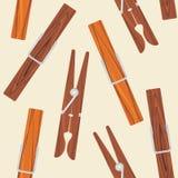 Mollette da bucato di legno sui precedenti beige Immagini Stock