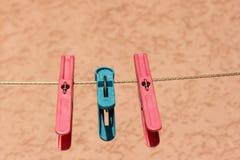 Mollette da bucato felici degli amici dell'albero fotografie stock libere da diritti