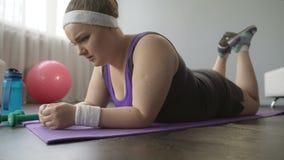 Mollig meisje hopeloos over het verliezen van extra gewicht vóór zomer die, de tiredly opgeven stock video