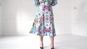 Mollig model in het mooie kleding stellen in heldere studio Het mollige vrouw stellen in mooie uitrusting stock footage