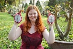 Mollig wit meisje die een exotische tropische fruitpitahaya houden royalty-vrije stock fotografie