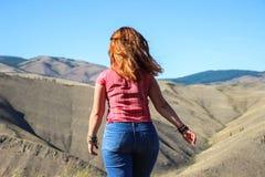 Mollige meisjestoerist met rood haar in jeans stock foto's