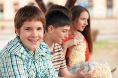 Tiener met zijn vrienden Stock Foto