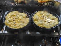 Mollusques et crustacés et calmar, mélange dans la farine et alors frit images libres de droits