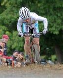 Molly Cameron compite en la raza de Cycloross Fotos de archivo