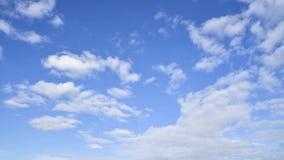 Moln är inflyttningen den blåa himlen Tid schackningsperiod stock video