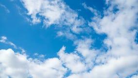 Moln är inflyttningen den blåa himlen Tid schackningsperiod arkivfilmer
