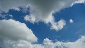 Moln är inflyttningen den blåa himlen Tid schackningsperiod lager videofilmer