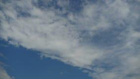 Moln är inflyttningen den blåa himlen Timelapse arkivfilmer