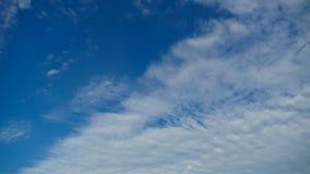 Moln är inflyttningen den blåa himlen Timelapse lager videofilmer