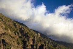 Moln över berg Arkivfoto