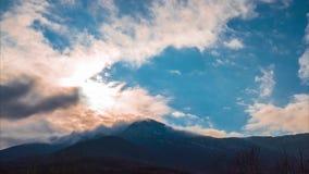 Moln över berg, tidschackningsperiod, 4k arkivfilmer