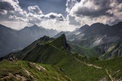 Moln över bergen i Tirol, Österrike arkivbilder