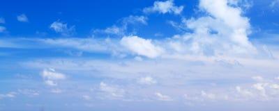 Moln över blå himmel, panorama- foto fotografering för bildbyråer
