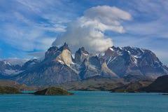 Moln över Cuernos del Paine i nationalparken Torres del Paine i Chile Royaltyfria Bilder