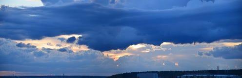 Moln över dammet Arkivfoto