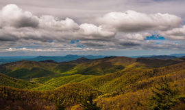 Moln över den blåa Ridge Mountains som ses från den Blackrock toppmötet i den Shenandoah nationalparken Arkivfoton