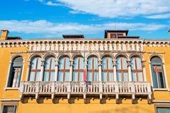 Moln över den Franchetti slotten Arkivfoto
