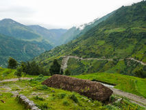Moln över den gröna dalen, Nepal royaltyfria bilder