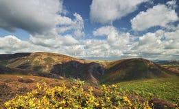 Moln över den sceniska höglandet i sen sommar arkivfoton